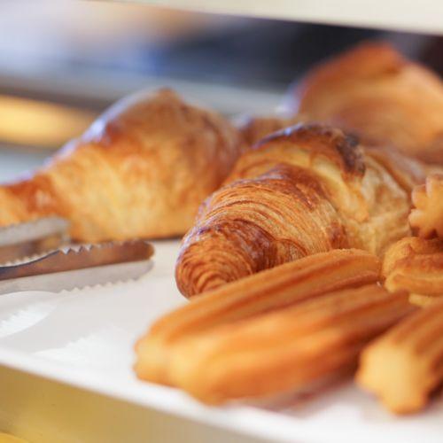 Fotografía gastronómica para bares y restaurantes. Croissant y churros recién elaborados.