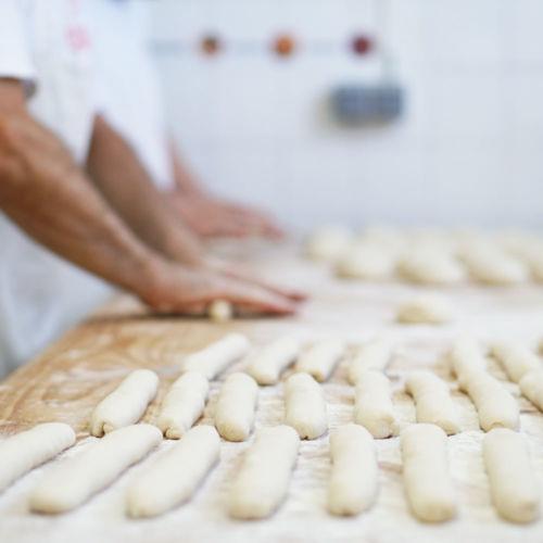 Fotografía de panadería. Manos amasando pan. Fotografía gastronómica.